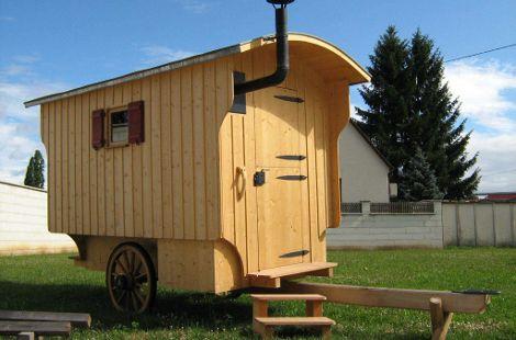 Gartenwagen mit hellem Holz