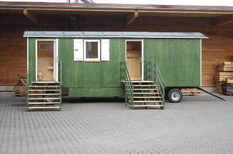 Außenansicht mit grün gestrichenem Holz