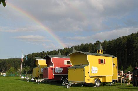 Kirchenwagen mit Regenbogen