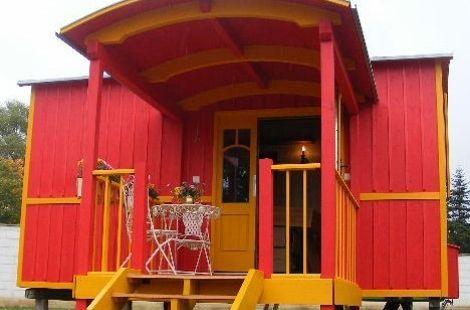 Außenansicht roter Zirkuswagen