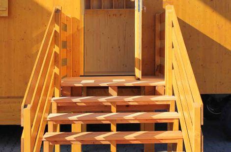 Holztreppe von vorne