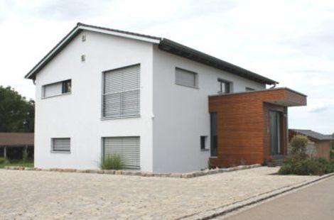 Einfamilienwohnhaus mit flachem Satteldach und Kubus
