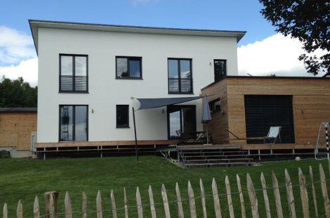 Holzhaus mit Pultdach und Holzfassade