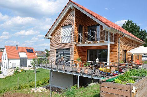 Holzhaus mit Satteldach und Holzfassade