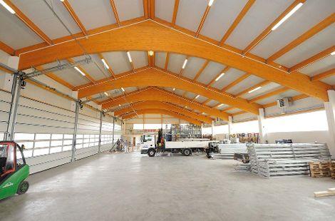 Halle mit sichtbarer Dachkonstruktion