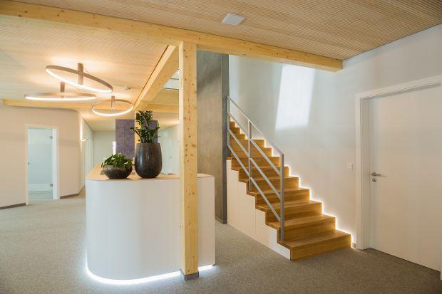 Treppenaufgang zu den Büros