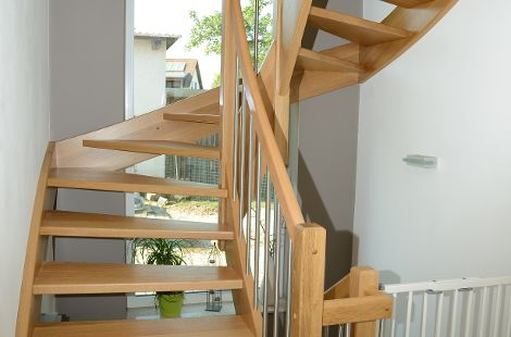 Halbgewendelte Treppe aus Eiche natur