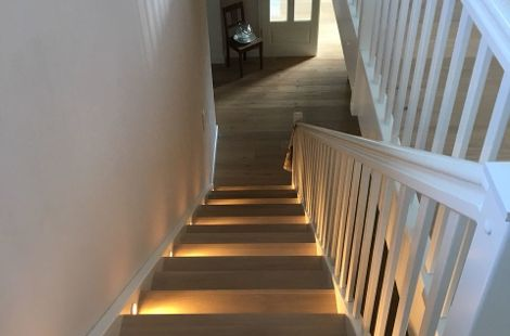 Treppe aus Eiche weiß geölt mit weißen Wangen