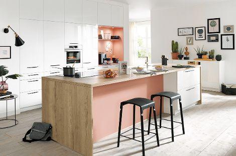 Küche kristallweiß hochglanz und Arbeitsplatte aus Alteiche