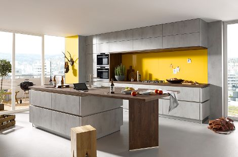 Küche in Beton quarzgrau und Arbeitsplatte aus Kerneiche