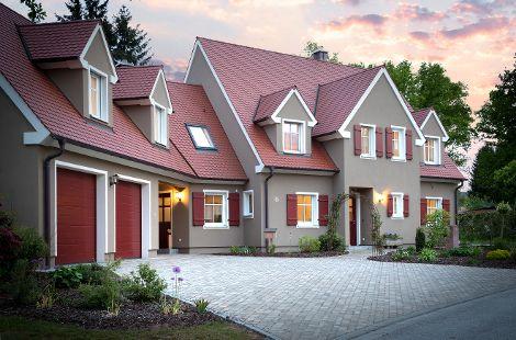 Holzhaus mit Pultdach und roten Fensterläden