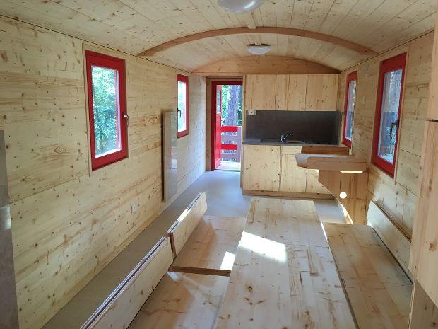 Waldkindergartenwagen ausgestattet mit Küche und Wickeltisch