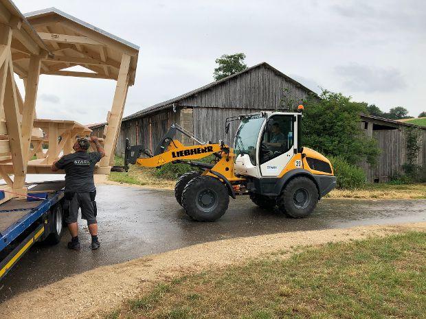Mitarbeiter Uwe Grau und Willi Geiger beim Abladen der Pavillons