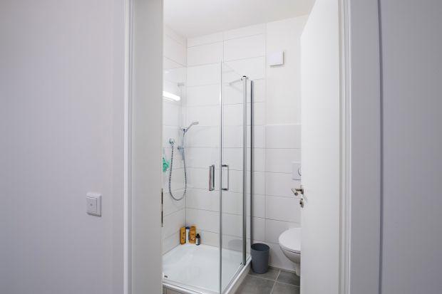 Badezimmer ausgestattet mit einer Dusche, WC und Waschbecken