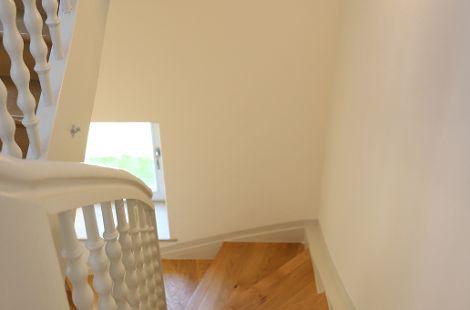 sanierte Treppe mit Stufen aus Eiche