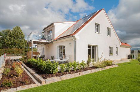 Holzhaus mit Satteldach und Dachgaube