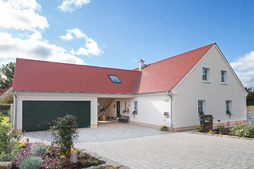 Neues Holzhaus mit zwei Wohneinheiten