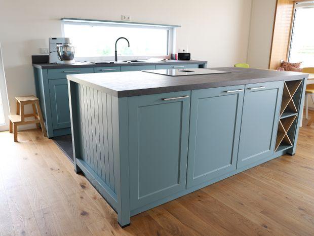 Landhausstil-Küche in blaugrau matt lackiert
