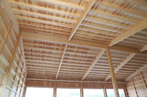 In unserem hauseigenen Sägewerk werten wir Käferholz für Ihr neues Gebäude auf