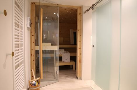 Die maßgeschneiderte Lösung: eine integrierte Sauna im Innenbereich.