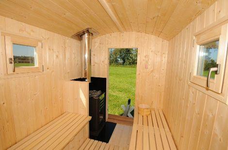 Ein Saunaofen sorgt für die richtige Temperatur.
